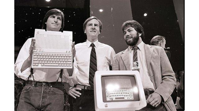De izquierda a derecha, Steve Jobs, John Sculley (por entonces, CEO de Apple) y Steve Wozniak en la presentación de la Apple IIc, en 1984