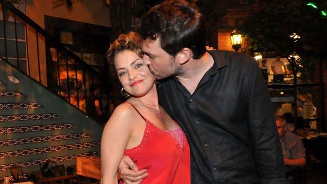 Dolores Fonzi y Santiago Mitre, amorosos en el Paseo La Plaza, después de Entonces la noche