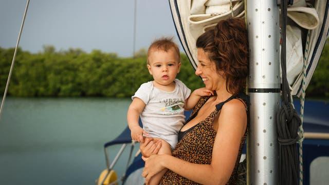 Una pareja de argentinos junto con su bebe de 7 meses navegaron siete días por Belice en velero
