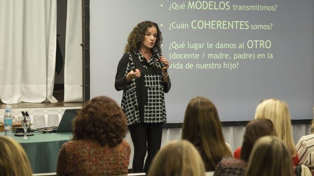 """María Zysman, directora del equipo """"libres de bullying"""", en una charla con educadores y padres"""