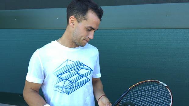 Nicolas Kicker con su raqueta comprada por Internet