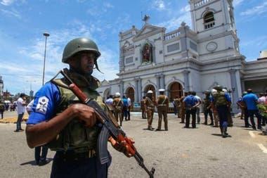 Las fuerzas de seguridad de la isla acordonaron el área alrededor del santuario de San Antonio en la capital, Colombo