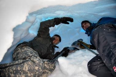 El interior de las cuevas de nieve se parece al de un horno de barro y puede alojar hasta cuatro personas por tres días.