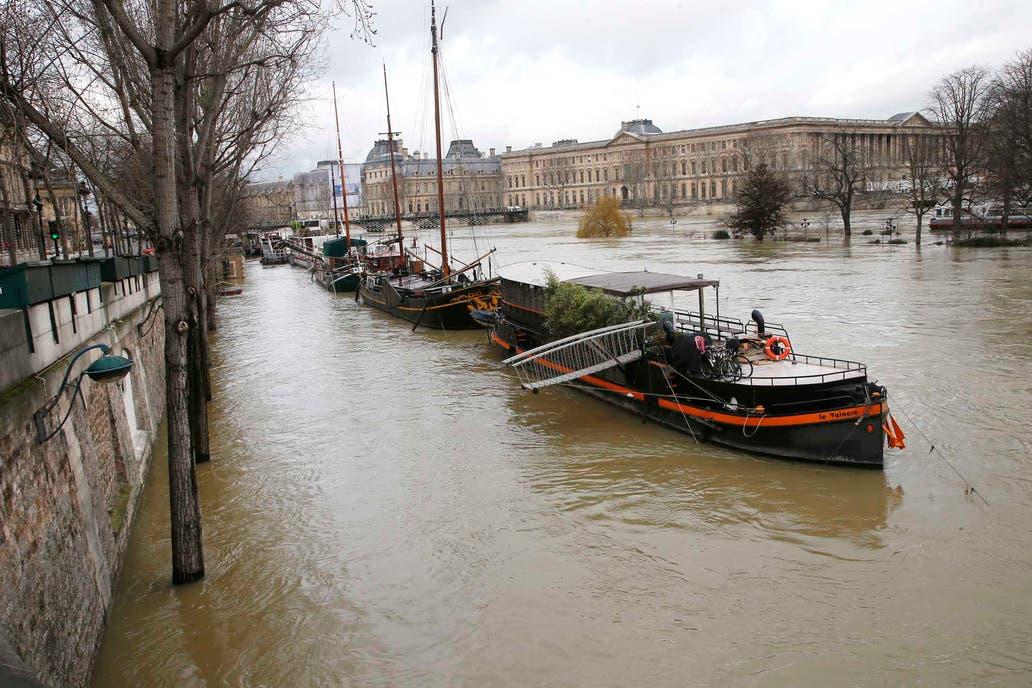 El río Sena, en París, alcanza su máximo en crecida