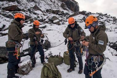Cuando el terreno para el rescate es el hielo, los gendarmes van enganchados con una soga de a tres o cuatro por si alguno cae en alguna grieta, para que los otros puedan frenar el descenso y evitar golpes o la muerte.
