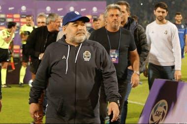 Maradona le dio un plus anímico al Lobo, pero aún continúan las carencias futbolísticas