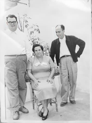 La repostera española junto con sus dos hijos, Juan, el mayor, y Oscar. En el tiempo del auge del Rogel, ellos hacían entregas a domicilio.