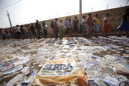 Una bandera del candidato del PSDB tirada en el piso en un centro de votación en la villa Estrutural, en Brasilia. Foto: Reuters