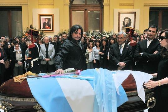 Máximo junto al féretro de su padre. Foto: Presidencia de La Nación