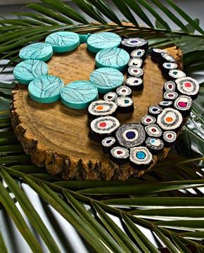 Pieza con círculos bordados con hilos y cintas de algodón (Mecha Méndez Balestra, $ 250). Foto: Silvio Zuccheri
