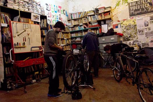 Varios jóvenes reparan sus bicis en La Fabricicleta. Foto: LA NACION / Matías Aimar