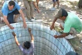 La construcción de uno de los aljibes para captar agua de lluvia en Córdoba
