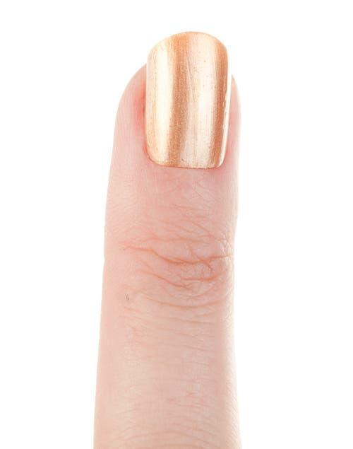Pintar las uñas con el esmalte dorado. Dejar secar.