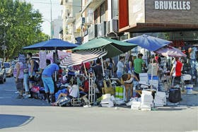 En la esquina de Avellaneda y Argerich se venden zapatos, ropa de mujer y bolsos a metros de los locales