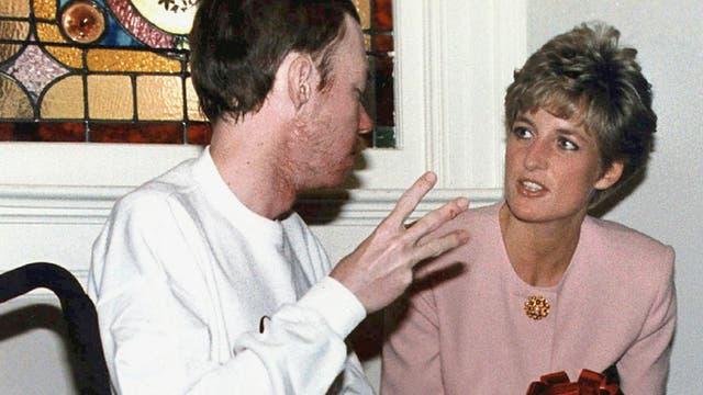 En 1987, Lady Di fue la primera en fotografiarse estrechando las manos de un paciente con SIDA, en tiempos en que el enfermo era estigmatizado