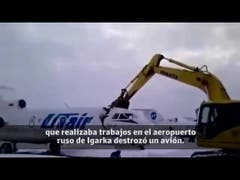 Operario destruye avión con excavadora