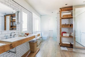 Un baño con decoración neoyorquina