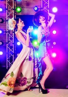 Muy divertidas y buenas bailarinas, la bloguera Agustina Marzari Bobbio, con un espectacular vestido de Javier Saiach, y Florencia Torrente, by Evangelina Bomparola.