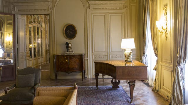 Las salas se replican entre grandes cortinados antiguos y pesados, aberturas de bronce de minucioso diseño, tapizados, boiseries con destellos dorados y candelabros