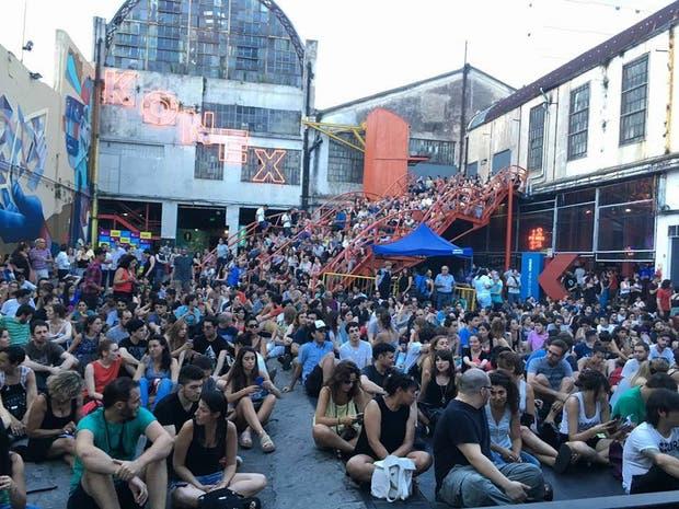 El público esperando a Dario Sztajnszrajber en una charla a cielo abierto en el patio del Centro Cultural Konex