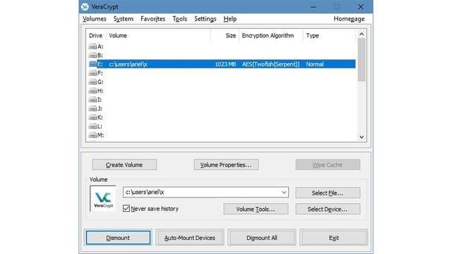 Una partición cifrada de 1 GB montada en VeraCrypt como el disco E: