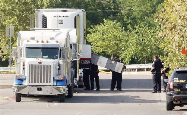 La policía trabaja en el camión con inmigrantes estacionado en un supermercado en San Antonio, Texas
