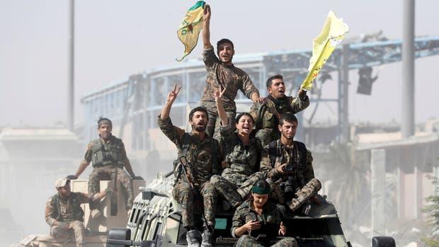 Milicianos de las FDS kurdo-árabes celebran la victoria sobre Estado Islámico en las calles de Raqqa