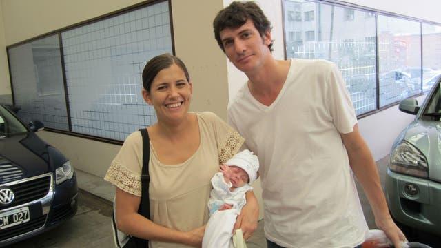 Lucrecia y Pablo Massone salen del sanatorio con Jerónimo, que nación gracias a un tratamiento de fertilización in vitro