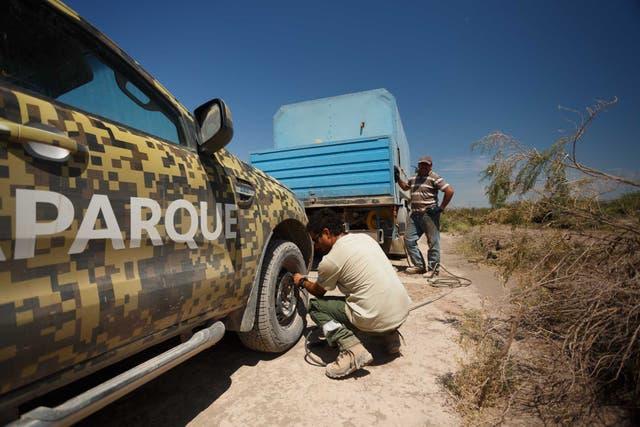 Varias maquinas y camionetas pinchaban sus neumáticos, por las características del terreno