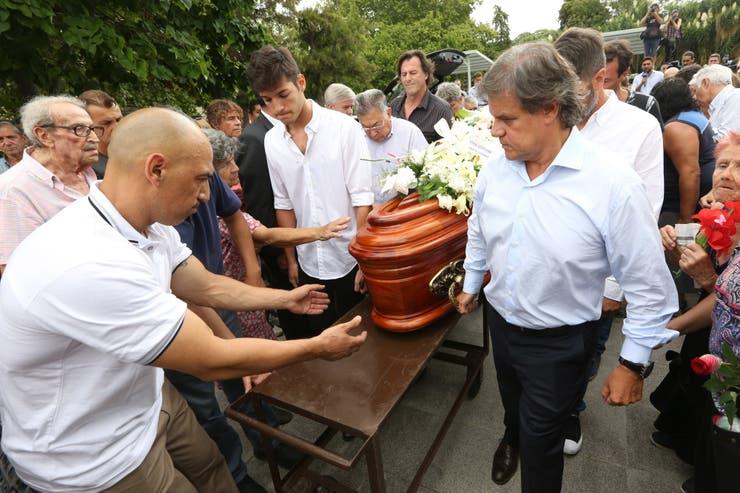 Lágrimas y desconsuelo al momento de trasladar el féretro hacia el panteón del Centro Asturiano
