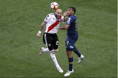 Pinola, in full battle with Wanchopa Abila; the defender was one of the figures in the first final