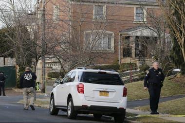 La policía esta mañana enfrente de la casa de Cali en donde fue asesinado. Su familia se encontraba en el interior de su casa.