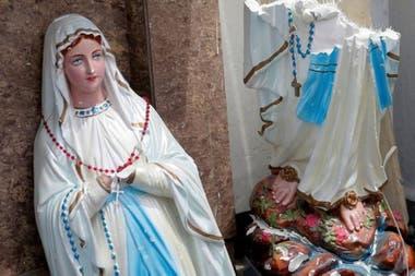 Una estatua rota de la Virgen María, en las afueras del santuario de San Antonio, en la capital de Sri Lanka, Colombo