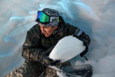 En caso de tener que pasar la noche en medio de la montaña, los rescatistas hacen cuevas de nieve en la que se pueden proteger de las inclemencias del tiempo.