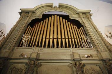 El imponente órgano de la parroquia, restaurado a principios del siglo pasado