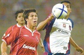 Matheu y Ulloa persiguen la pelota, que anoche fue bastante maltratada en Mendoza