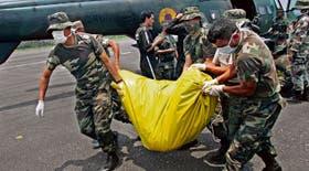 Soldados ecuatorianos trasladan los cuerpos de dos guerrilleros muertos en el ataque colombiano del 1º de este mes contra la base de las FARC