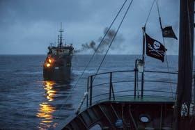Al acecho. Una foto tomada desde uno de los barcos de la organización ambientalista Sea Shepherd, que persiguió al pesquero ilegal Thunder durante 110 días; en la imagen se ve cómo se quema basura ilegalmente en la embarcación
