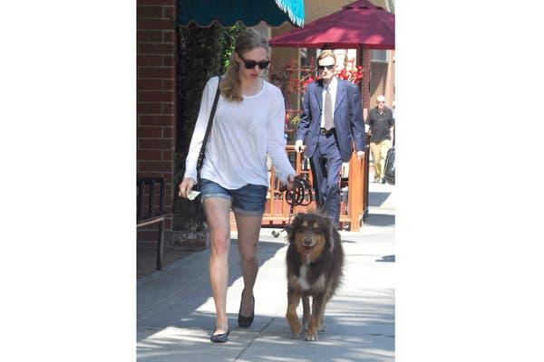 Con las fotos de su mascota cautivó al mundo entero. Amanda Seyfried de paseo con su inseparable amigo, Finn. Juntos, vaya donde vaya. Foto: Vía peoplepets.com