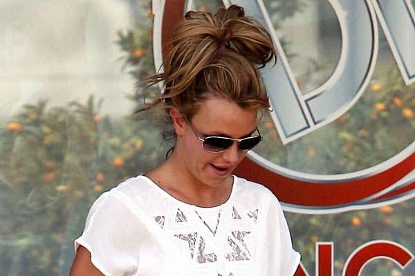 Britney Spears con un peinado que es típico de cuando no querés que el pelo te moleste: una colita bien alta. Foto: Thetrenddiaries.com
