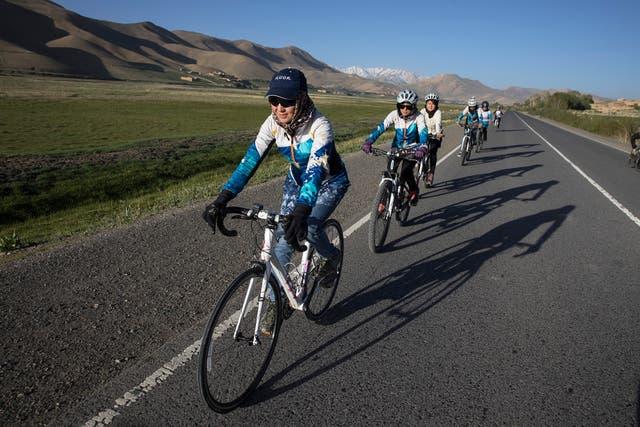 Zakia Mohammadi junto a otras mujeres ciclistas