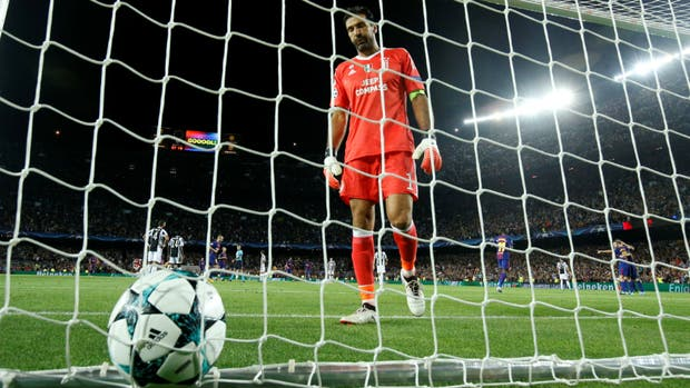 Buffon se lamenta; detrás, Messi ya festeja