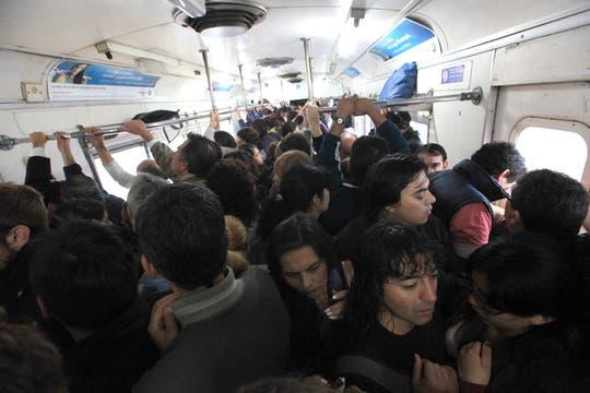 La odisea de viajar todos los días en el Sarmiento. Foto: LA NACION / Ricardo Pristupluk