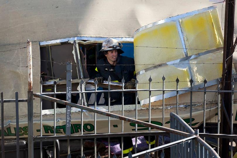 Dos trenes de la línea Sarmiento y un colectivo chocaron a la altura de Flores hay varios muertos y más de 160 heridos. Foto: AP