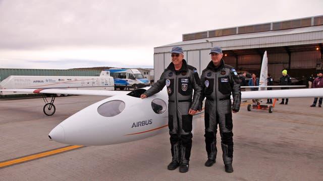 Los dos pilotos, Jim Payne y Tim Gardner, parados al lado de la nave con trajes especiales para soportar los 20 grados bajo cero a los que llegaran en la altura