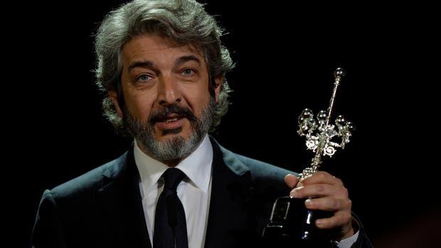 Ricardo Darín con su premio en la mano