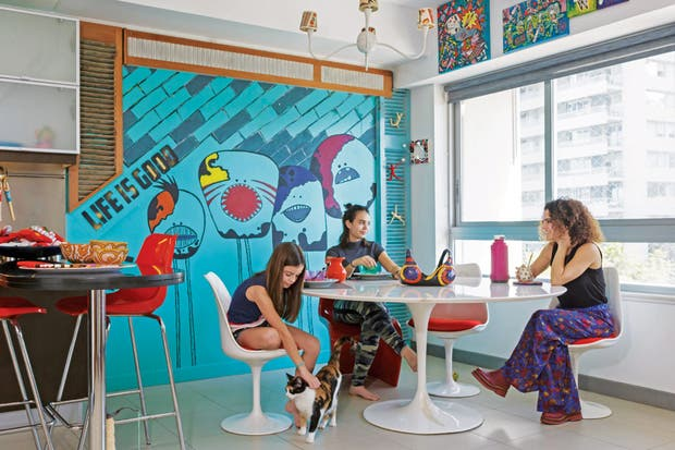 Jugá con los colores: un buen mural, un lindo empapelado o algunos cuadros son algunos de los recursos prácticos para sumar tonos alegres al espacio.  Foto:Living /Archivo LIVING