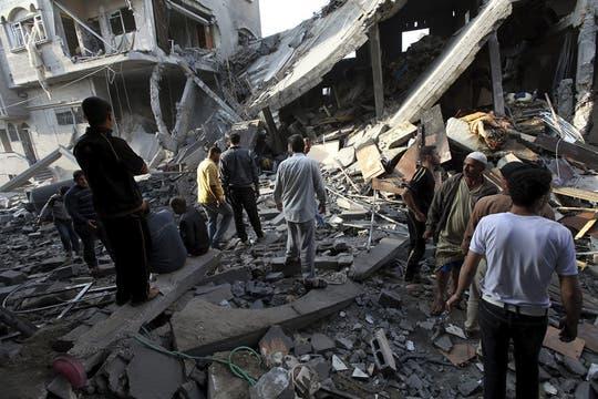 Más de diez personas resultaron muertas y setenta heridas por bombardeos israelíes en Gaz. Foto: EFE