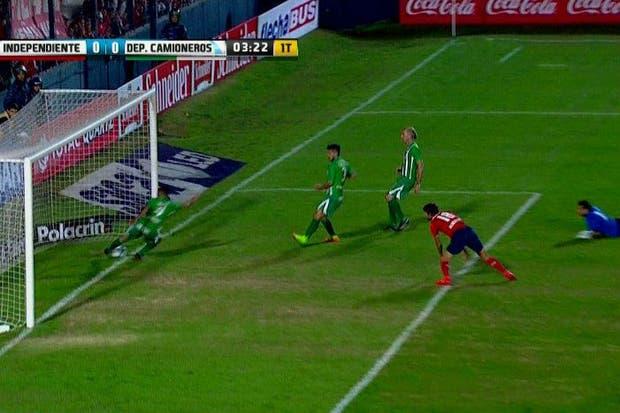 Argañaraz no llegó a despejar a tiempo, pero la jugada siguió
