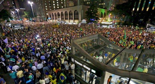 Miles de manifestantes volvieron a copar anoche la Avenida Paulista, en San Pablo